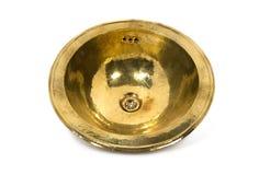 在白色背景的黄色黄铜圆的水槽 免版税库存图片