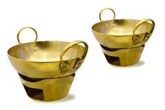 在白色背景的黄铜汤姆罐 免版税库存照片