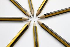 在白色背景的黑石墨铅笔 学生学校用品背景 象办公室汤用品的夹子 选择聚焦 写道 免版税图库摄影