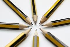 在白色背景的黑石墨铅笔 学生学校用品背景 象办公室汤用品的夹子 选择聚焦 写道 库存照片