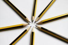 在白色背景的黑石墨铅笔 学生学校用品背景 象办公室汤用品的夹子 选择聚焦 写道 免版税库存照片