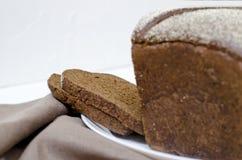 在白色背景的黑麦面包 免版税库存图片