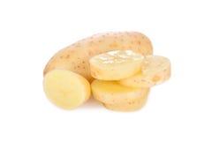 在白色背景的整个和切的未加工的削皮的土豆 免版税库存照片