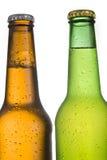 在白色背景的2个寒冷结霜的啤酒瓶 库存图片