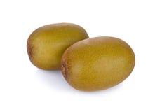 在白色背景的整体和半裁减成熟金黄猕猴桃 库存图片