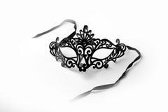 在白色背景的黑华丽化妆舞会面具 免版税库存图片