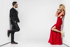 在白色背景的年轻时尚夫妇在演播室 免版税库存图片