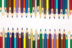 在白色背景的画的五颜六色的木铅笔 库存图片