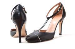 在白色背景的黑短剑鞋子 免版税库存图片
