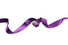 在白色背景的紫色丝带 库存图片
