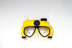 在白色背景的黄色和黑潜水面具照相机 免版税库存照片