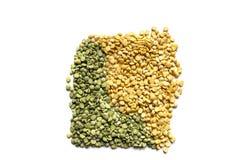在白色背景的绿色和黄色分裂豌豆 顶视图 库存照片