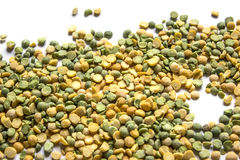 在白色背景的黄色和绿色分裂豌豆 免版税图库摄影