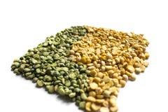 在白色背景的绿色和黄色分裂豌豆 免版税图库摄影