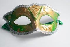 在白色背景的黄色和绿色威尼斯式面具 库存图片