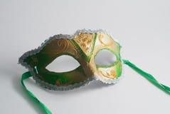 在白色背景的黄色和绿色威尼斯式面具 免版税库存图片