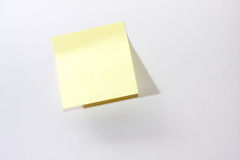 在白色背景的黄色提示贴纸 免版税库存图片