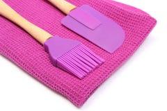 在白色背景的紫色硅树脂厨房辅助部件 免版税库存照片