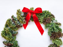 在白色背景的绿色花卉圆的花圈框架 平的位置,顶视图,看法从上面 秋天或冬天装饰 库存图片