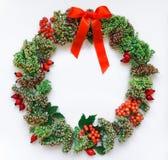 在白色背景的绿色花卉圆的花圈框架 平的位置,顶视图,看法从上面 秋天或冬天装饰 免版税图库摄影