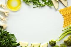 在白色背景的绿色菜:辣椒粉,荷兰芹,橄榄油,葱 库存照片