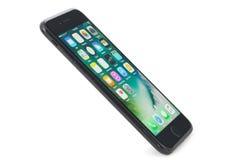 在白色背景的黑iPhone 7 库存图片