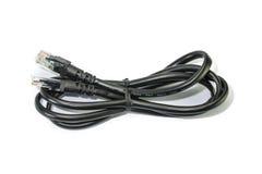在白色背景的黑RJ45计算机网络连接的缆绳 库存照片