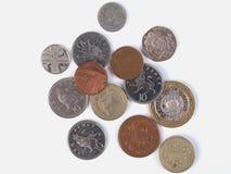 在白色背景的GBP硬币 库存图片