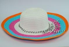 在白色背景的Loppy海滩帽子各种各样的颜色 免版税库存照片