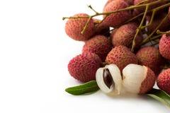 在白色背景的Unpeel成熟Lychee果子 免版税库存照片