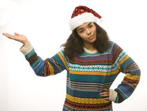 在白色背景等待的冬天隔绝的圣诞老人红色帽子的逗人喜爱的年轻真正的非洲行家女孩Christmass 免版税库存图片