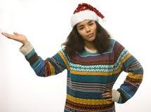 在白色背景等待的冬天隔绝的圣诞老人红色帽子的逗人喜爱的年轻真正的非洲行家女孩Christmass 免版税图库摄影