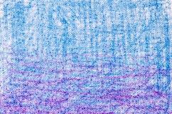 在白色背景纹理的蓝色和紫色蜡笔画 免版税图库摄影
