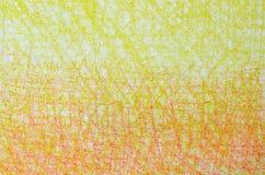 在白色背景纹理的黄色和橙色蜡笔画 库存图片
