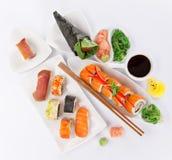 在白色背景设置的日本寿司 库存图片