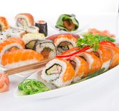 在白色背景设置的日本寿司 免版税库存图片