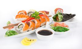 在白色背景设置的日本寿司 库存照片