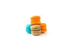 在白色背景选择聚焦隔绝的五颜六色的蛋白杏仁饼干 库存照片