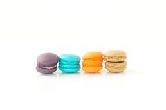在白色背景选择聚焦隔绝的五颜六色的蛋白杏仁饼干 库存图片