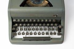 在白色背景透视关闭的古色古香的打字机在K 免版税库存照片