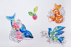 在白色背景速写鲸鱼、狐狸、鸟和莓果 向量例证