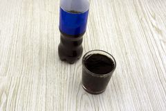 在白色背景隔离的玻璃黑苏打水泡沫俄国啤酒黑啤酒样式 免版税库存照片