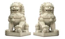 在白色背景隔绝的一个巨型中国狮子石头雕塑 免版税库存图片