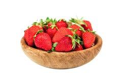 在白色背景隔绝的一个木碗的有机新鲜的成熟草莓 健康果子和莓果, vegaterian食物 库存照片