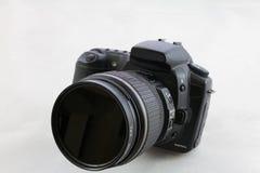 在白色背景隔绝的一台黑DSLR照相机 免版税图库摄影