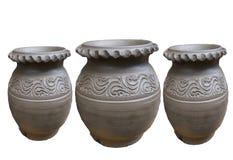 在白色背景隔绝的三未加工的泥罐大小 免版税库存图片