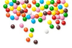 在白色背景隔绝的五颜六色的巧克力糖药片 库存照片