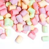 在白色背景隔绝的五颜六色的微型蛋白软糖,宏指令 免版税图库摄影