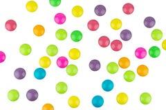 在白色背景隔绝的五颜六色的涂上巧克力的糖果 免版税库存照片