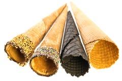 在白色背景隔绝的几个不同的空的冰淇淋锥体 免版税图库摄影